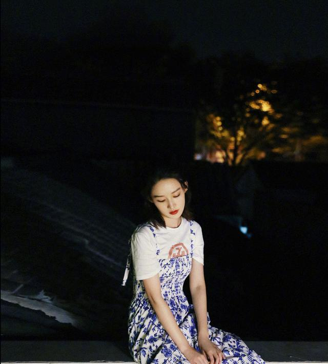 """李沁这颜值绝了,穿白色T恤偏题""""青花瓷""""吊带裙,清纯如18岁"""