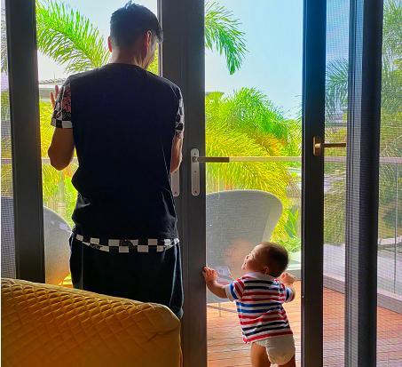 張晉與兒子東北話互動,樂兒已能獨自站立,豪宅庭院曝光如植物園