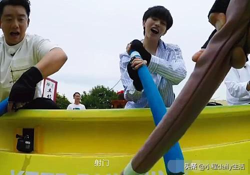奔跑吧:蔡徐坤玩棒球时,谁注意郭麒麟的表情,满脸嫌弃藏不住