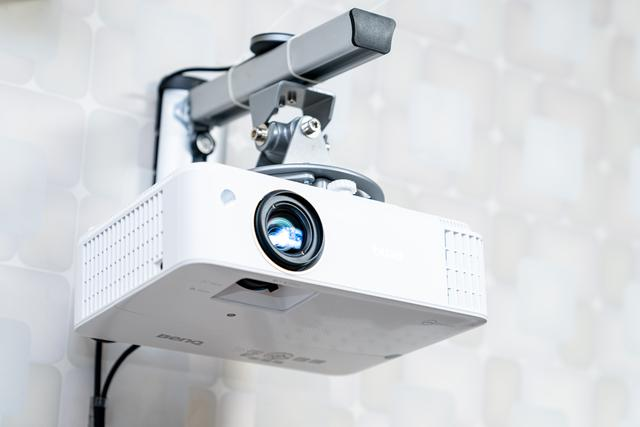 投影儀幕布怎么選?釘子科技菲涅爾屏 / K5 抗光幕布實測體驗