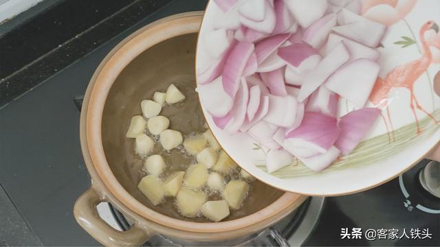 11只鸡翅加1个洋葱,以后待客就做这一锅,喷香好吃,吃完想舔手