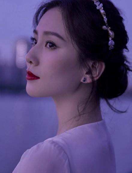 名门泽佳:刘诗诗江边夜景大片美似画卷一袭白色长裙配珍珠发箍效果惊艳动人