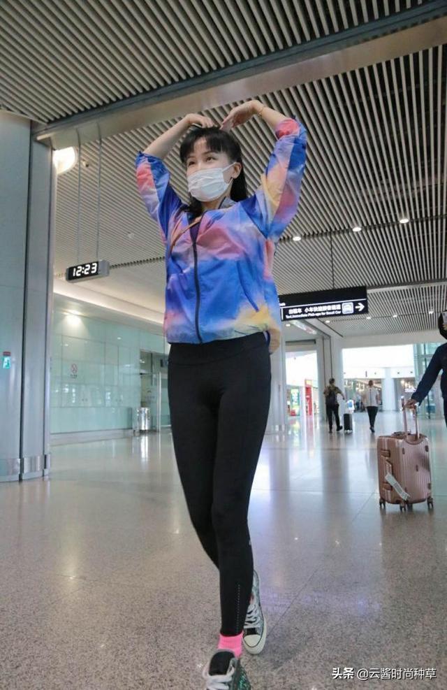 33岁黄龄真敢穿!一条无痕裤走机场秀美腿,这么紧还看不出赘肉