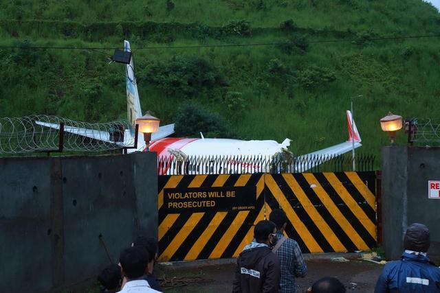 印度客机事故遇难人数升至18人,两乘客新冠病毒检测阳性