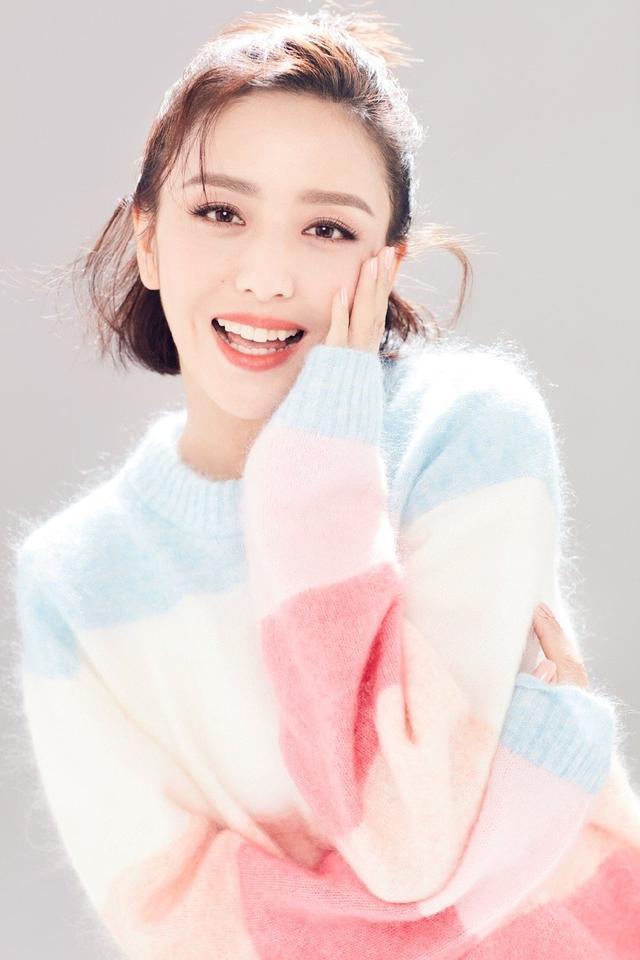 佟麗婭太甜了!波波頭搭配彩虹毛衣溫柔甜美,一點也不像36歲