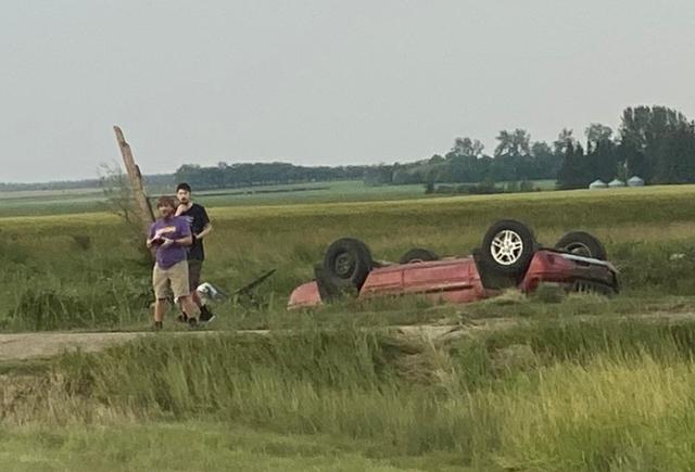 加拿大遭龙卷风狂袭 多人伤亡18岁少年被甩出车丧命