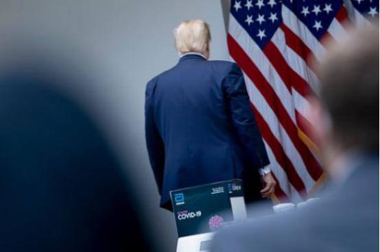 """久未现身疫情简报会,特朗普一来就与记者激烈交锋,""""甩锅""""未遂愤怒离场"""