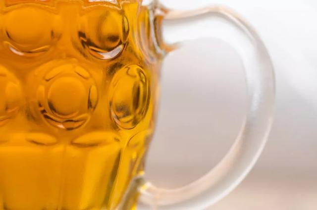 红酒、啤酒或白酒混着喝,会有什么后果?