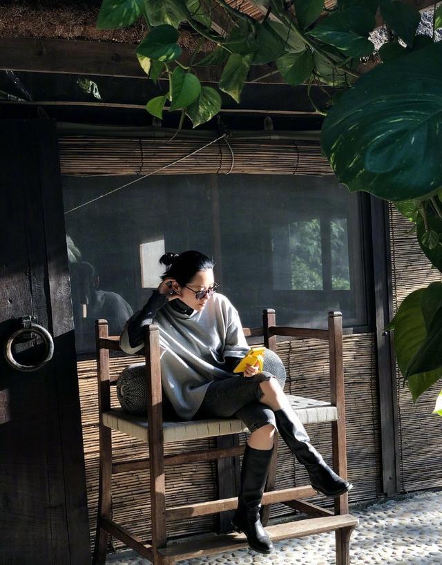 51岁许晴依然单身!3D身材不输26岁吉娜,穿紧身针织衫大秀蚂蚁腰