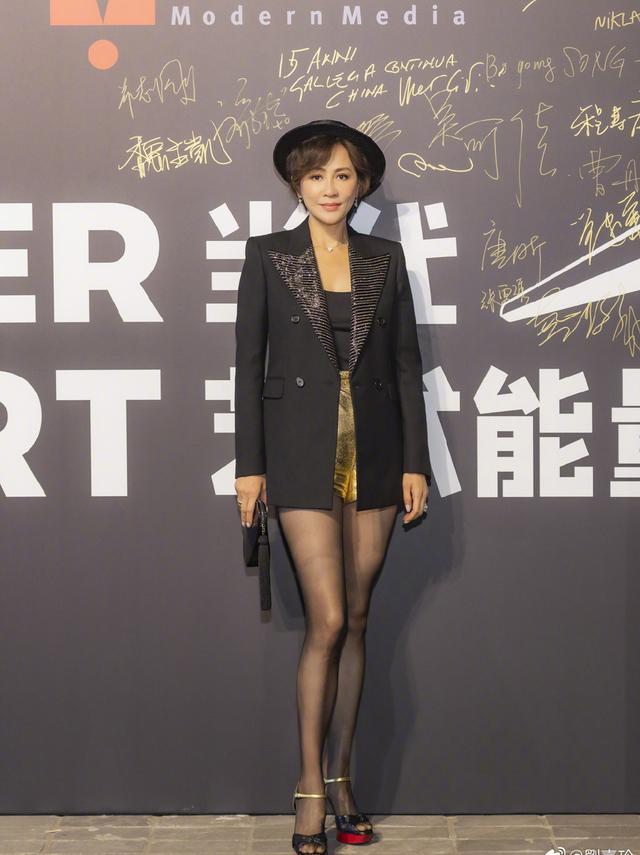 54岁刘嘉玲容颜未老,一袭黑色网纱连衣裙,美过80后尽显年轻姿态