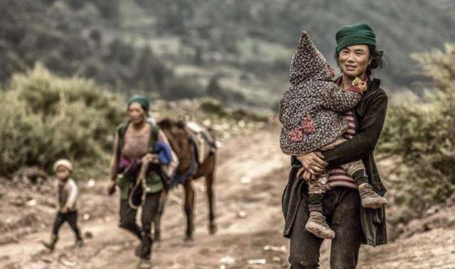 谁家女人带着孩子上班?四川大凉山就是,但她们却感到很幸福