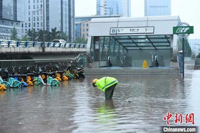 """重庆突降暴雨 街头市民可""""看海"""""""