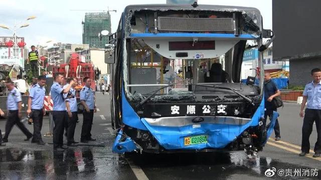 最新!贵州公交车坠湖事故已致21人遇难,15人受伤