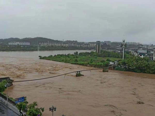 安徽黄山开始打捞被洪水冲垮的古桥原料:尽快原样修复