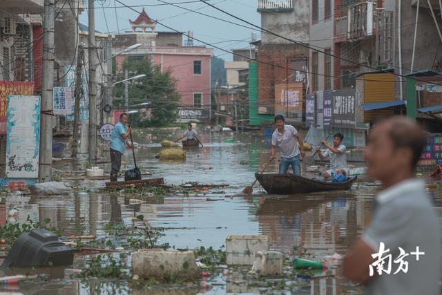 航拍江西鄱阳洪灾现场,多个村庄仍浸泡在洪水中