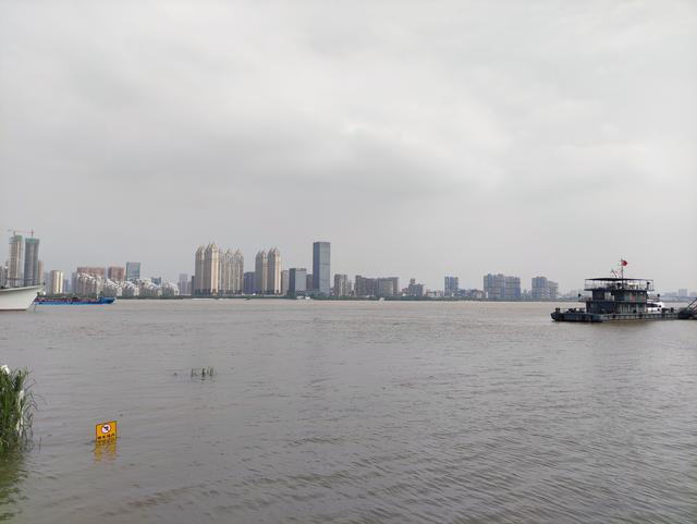 直击武汉防汛:部分区域水位持续下降,沿江全线戒备