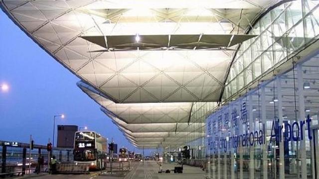 17岁少女咬伤警察欲弃保潜逃 机场搭机赴英国时被捕