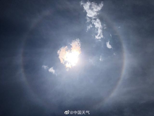 北京天空同时出现日晕和环地平弧