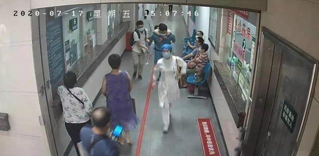 39秒丨太帅!医生背患者1分钟跑了4层楼送急诊 因抢救及时患者脱险