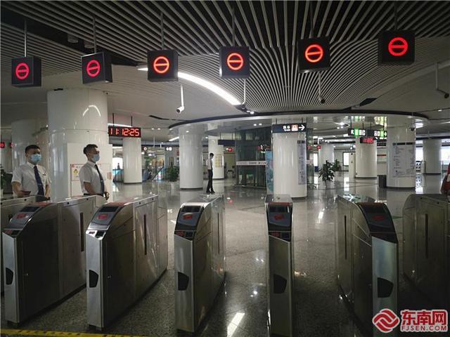 记者探访免费乘公交地铁活动首日 秩序井然