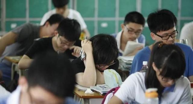 一篇从4档飞跃满分的高考作文,为何让网友和专家吵翻天?