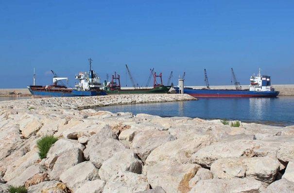 黎巴嫩两艘运载11500吨面粉的货船抵达赛达港