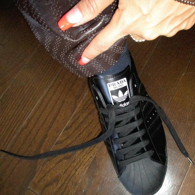 純黑配色盡顯奢華!adidas x Prada 聯名最新上腳照釋出