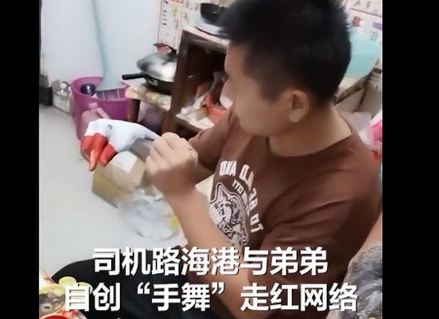 河南42岁双胞胎自创手舞,手涂颜料模仿动物神似特效,网友:有才