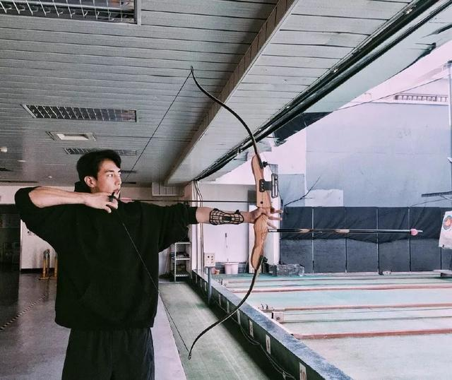 萧亚轩小男友黄皓发泳池照,难怪萧亚轩这么爱他