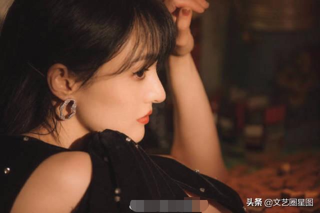 郑爽最新港风造型大片曝光,穿黑色波点长裙还原八十年代港式美女