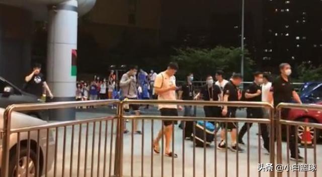 北京球迷高喊:胜也爱你败也爱你!书豪挥手致意,低头瞬间显心酸