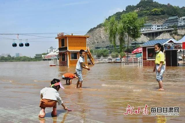 洪水中的一幕激怒众人:别再觉得灾难与你无关