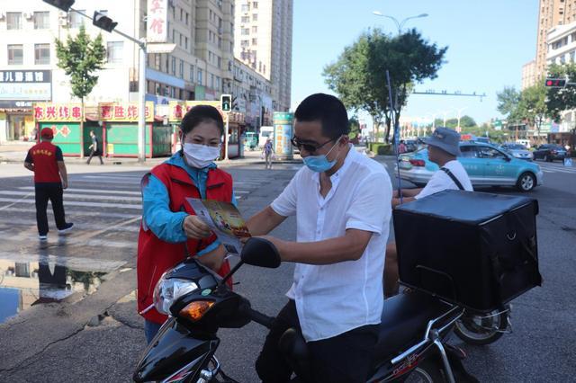 """丹东东港:交警开展""""一盔一带""""安全宣传"""