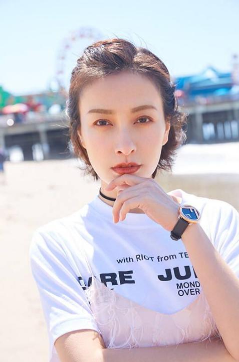吴昕多样穿搭佩戴腕表,在线释放时尚魅力,自信又美丽