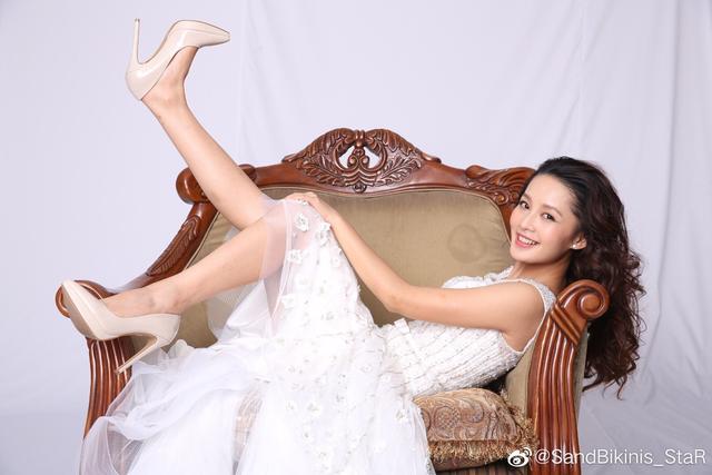 李沁定妆生图,一袭白色婚纱躺在沙发上,如妩媚又清新的美人鱼!