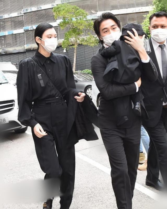 奚梦瑶晒自拍宣布复工,穿黑毛衣不敢高调,衣服上LV花纹暴露小心