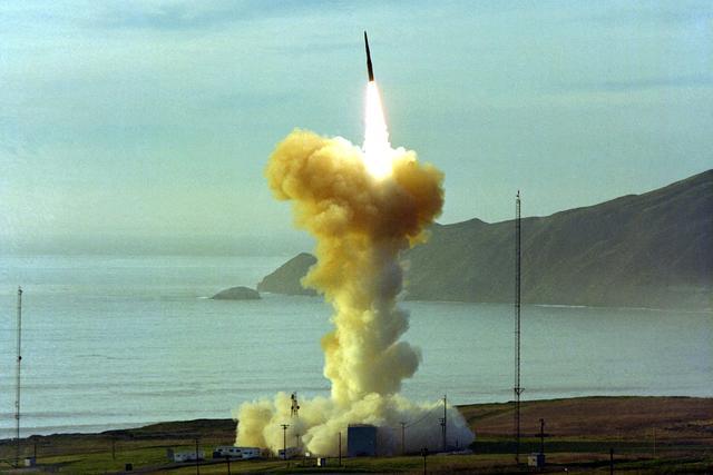 美国再次亮出强劲肌肉,试射民兵3洲际弹道导弹,专家:带了个坏头
