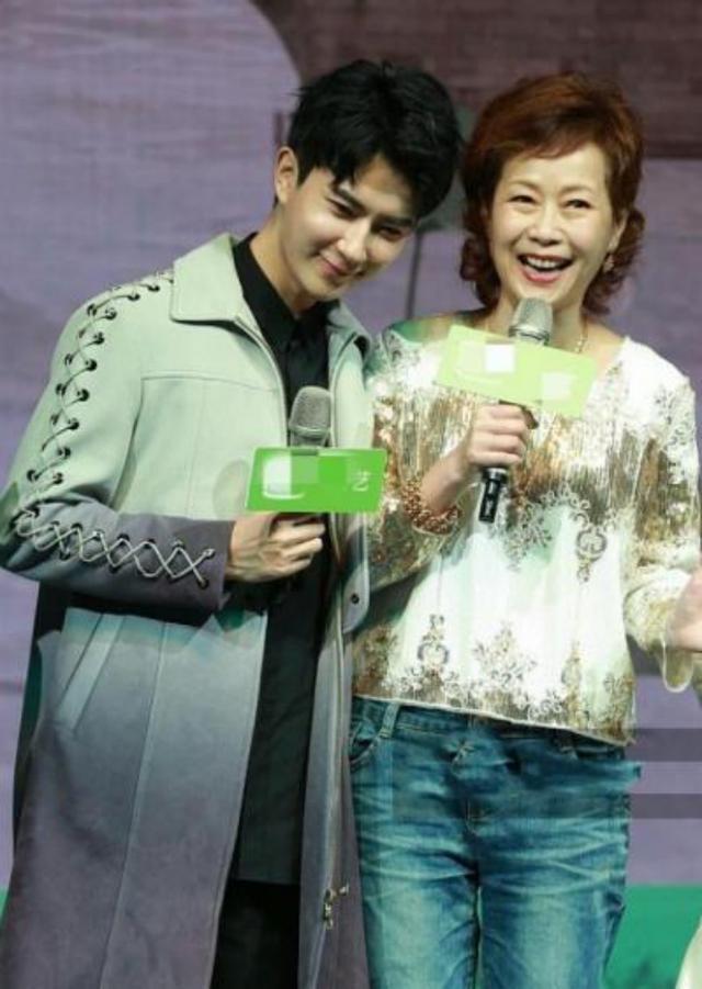 许仙小青再同框,56岁叶童发型显老气,61岁陈美琪穿连衣裙很美丽