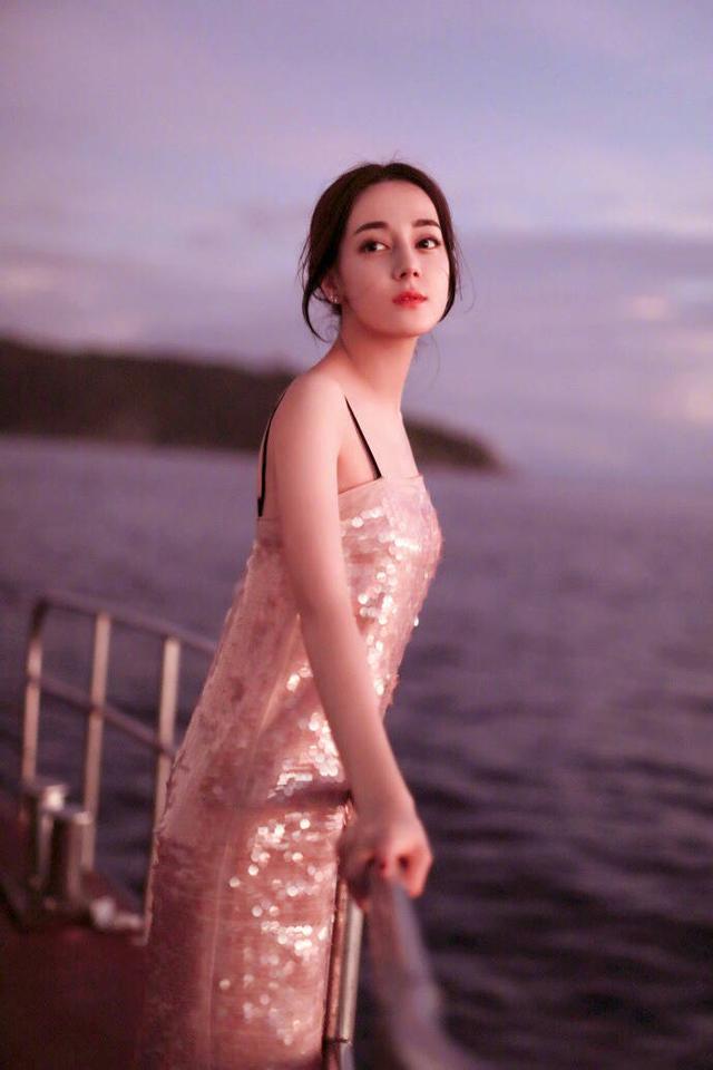 迪丽热巴一袭印花长裙,气质优雅,尽显女神气质