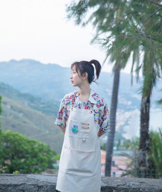 杨紫热巴同穿小黑裙,年龄相同气质却千差万别,一个美艳一个可爱