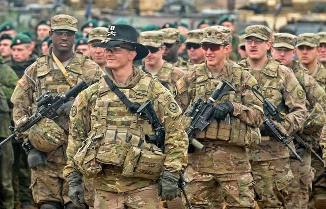 美国在东欧地区突然大举增兵,美国防部长直言:为了对付俄罗斯