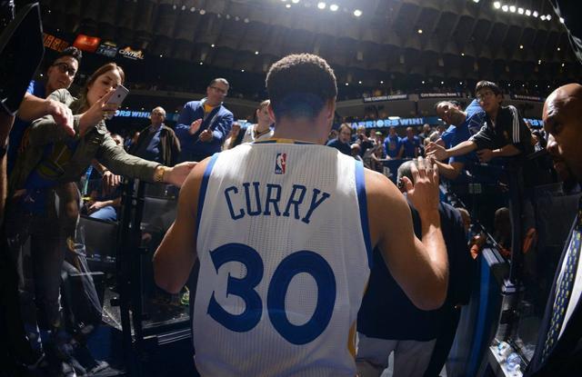 風水輪流轉!小Curry調侃哥哥打不了季後賽,一張照片可完美形容Stephen的心情!-黑特籃球-NBA新聞影音圖片分享社區