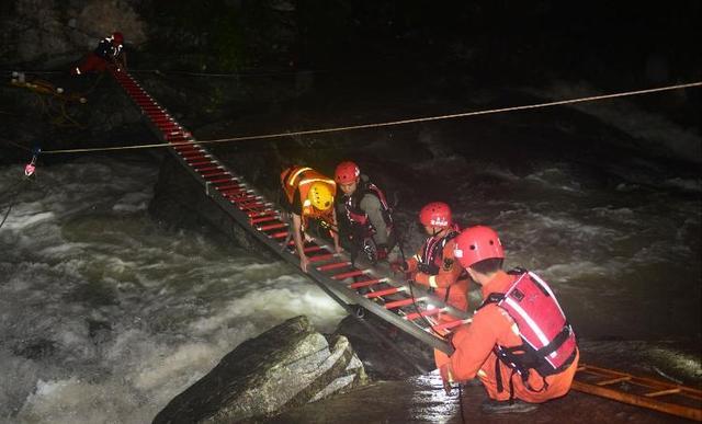 消防员解救游客被山洪冲走 此前刚带妻儿参观新房