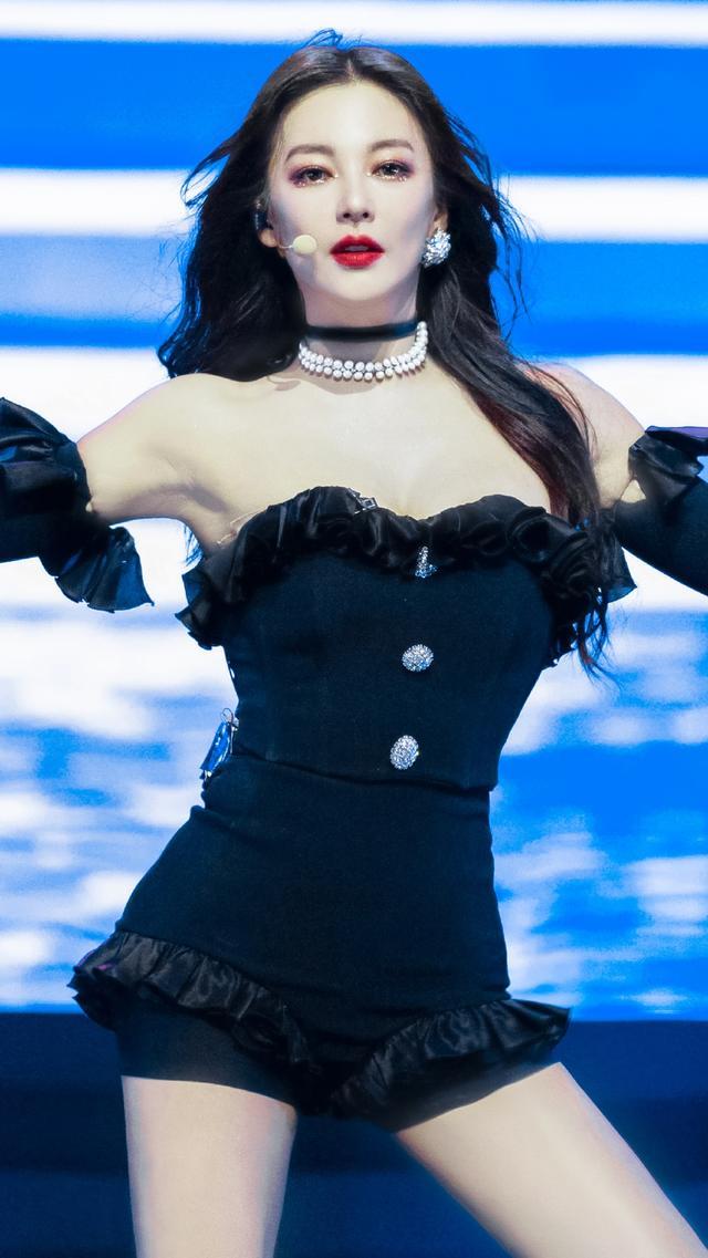 张雨绮舞台装和金智妮撞衫!黑色连体衣成熟妩媚,身材美到上热搜