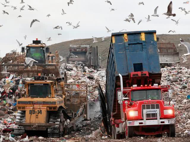 中国叫停洋垃圾后,美国加拿大出现环境危机,或倒贴钱求运走垃圾