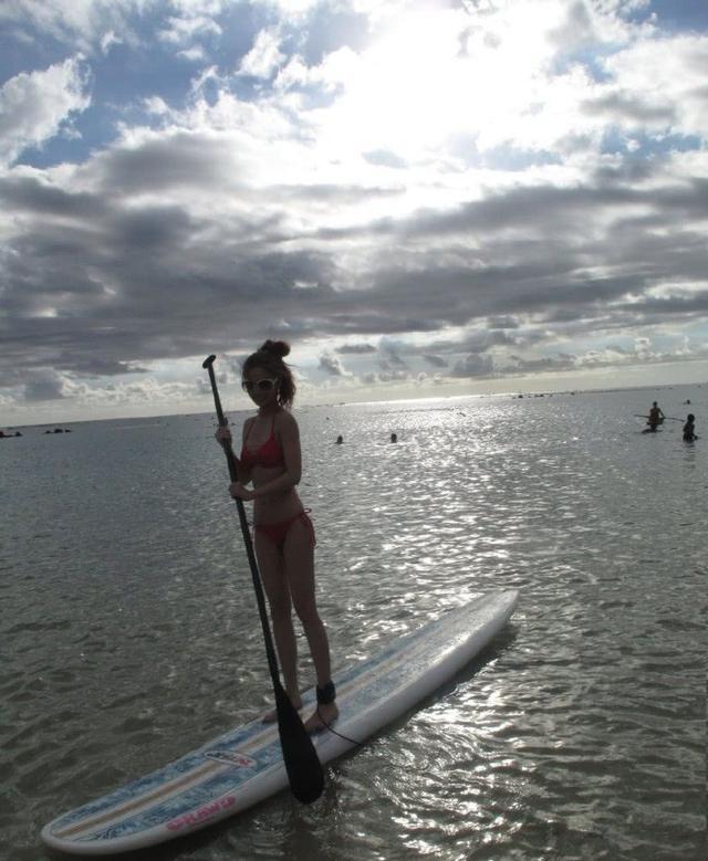 Baby早年生活照曝光,海上冲浪穿性感泳衣腰细腿长超青春