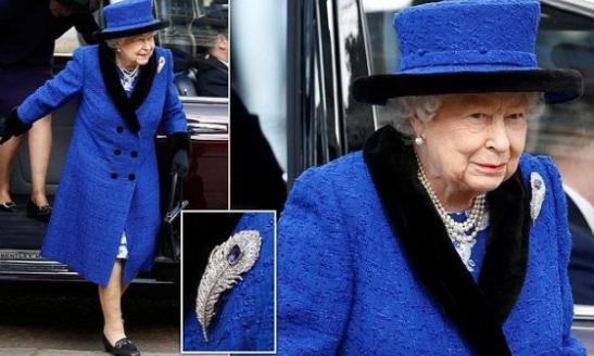 92岁英女王太美了!高贵皇家蓝配珊瑚色口红,贵气十足