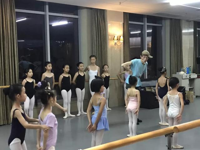 """男版""""杨丽萍"""",近50收入百万却是""""巨婴"""",除了跳舞啥都不会"""