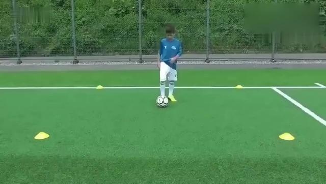求足球的熟悉球性练习,或者足球入门如何玩