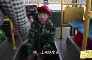 农民工坐公交车,却故意坐在地上,只因怕弄脏公交座椅